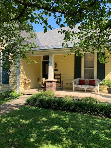Rose Cottage in Historic Downtown Franklin