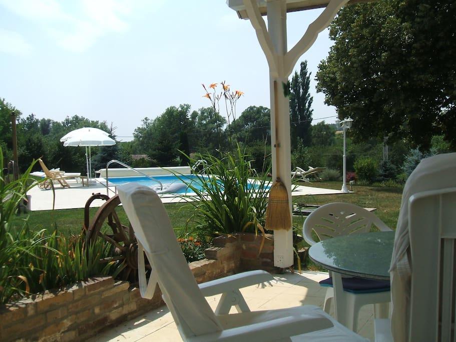 terras met uitzicht op zwembad