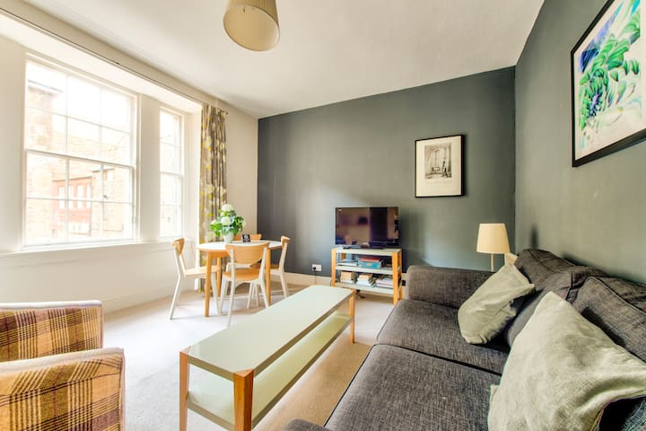Amazing Location! - Lovely Rose St Apt in New Town
