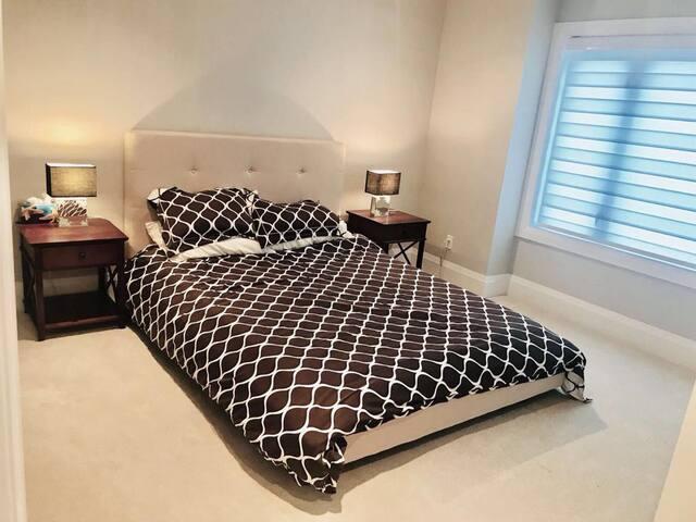 ROOM 3-COMFY QUIET QUEEN BEDROOM-SHARED BATHROOM.