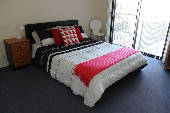 Comfortable, Friendly Home with Free wifi. Room 2 - Springfield Lakes - Huis