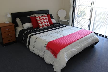 Comfortable, Friendly Home with Free wifi. Room 2 - Springfield Lakes - Talo