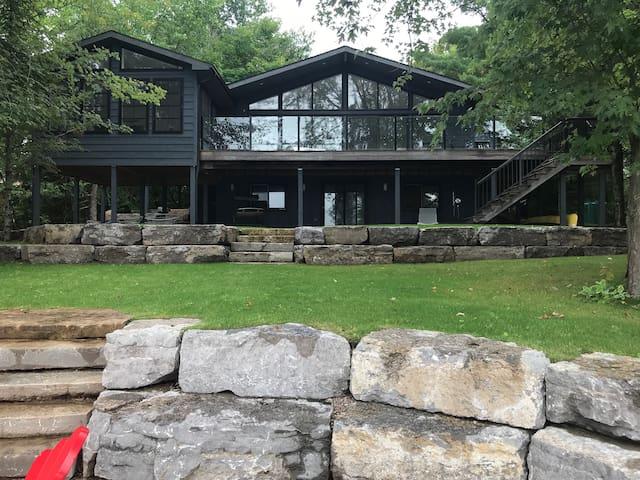 Beautiful Modern Lakeside Cottage in Buckhorn, ON
