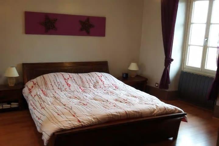 Chambre avec grande penderie / rangements, lit 160x200