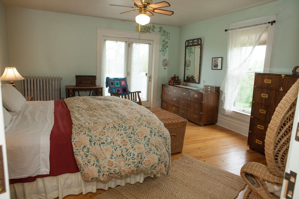 King size bed, en suite bath featuring claw-foot tub with shower. Deck access, ceiling fan