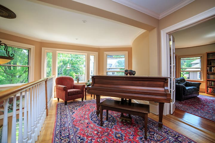 Charming, minimalist house with classical music - Brookline
