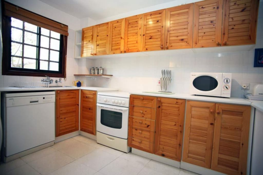 Large Kitchen (1)