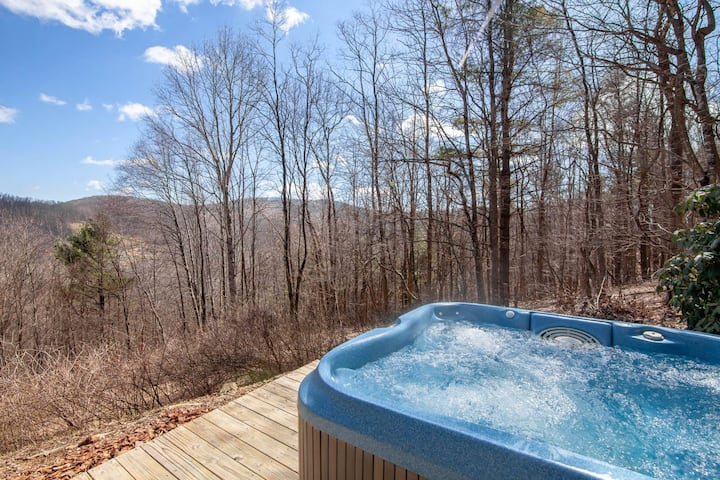 3BR/2BA Cozy Mountain Cabin with Views, Hot Tub, Private, Pet Friendly!