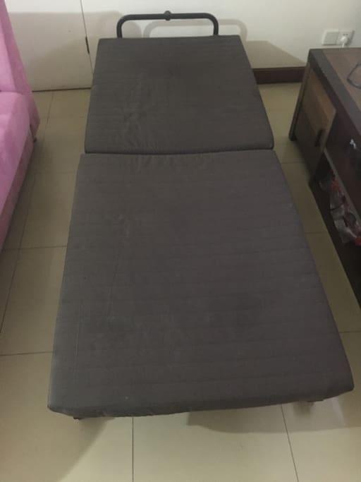 客厅折叠床you will sleep on this bed in the living room