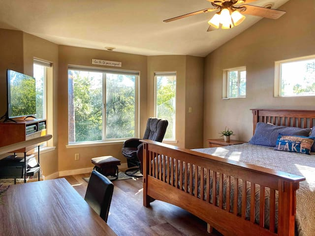 El Capitan is one of two Master Bedrooms. This room includes a Smart TV (Netflix, Amazon, Etc) and Cable (DirectTV).