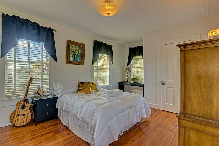 Private Room in Bright Victorian with River View