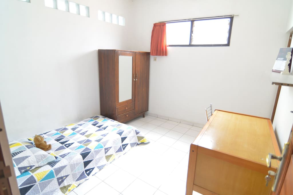 Dengan meja, lemari, ranjang spring bed, dan perlengkapan lainnya