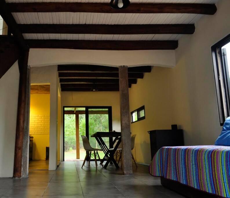 Living con sillón/cama simple y posibilidad de una segunda en el carro. TV Comedor con cocina integrada. Mesa amplia y salida al jardín.