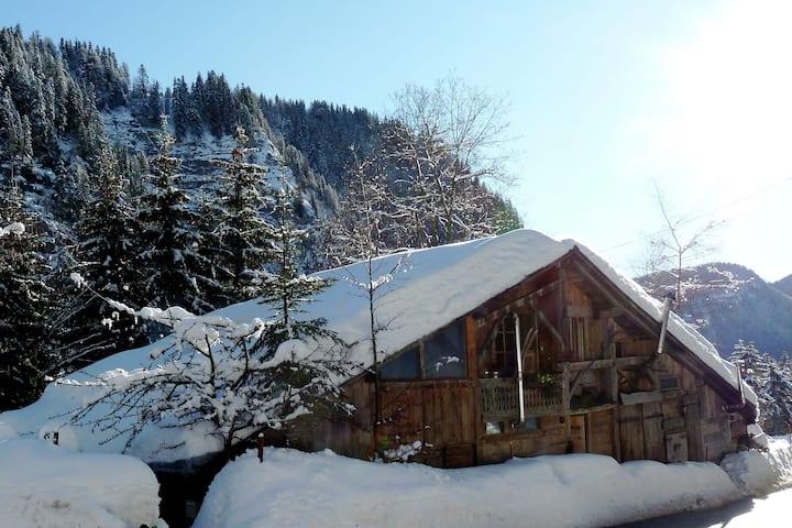 Chalet en bois dans la commune alpine de Taninges