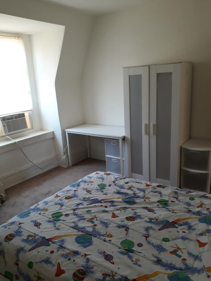 Sunny room within walking distance to metro