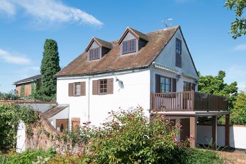 Pretty Upton Cottage - Superb Riverside Location
