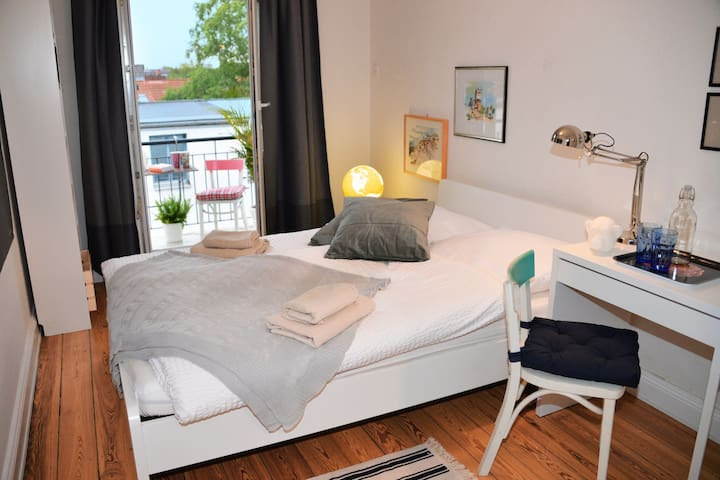 Beautiful room with Balcony in Hoheluft-West