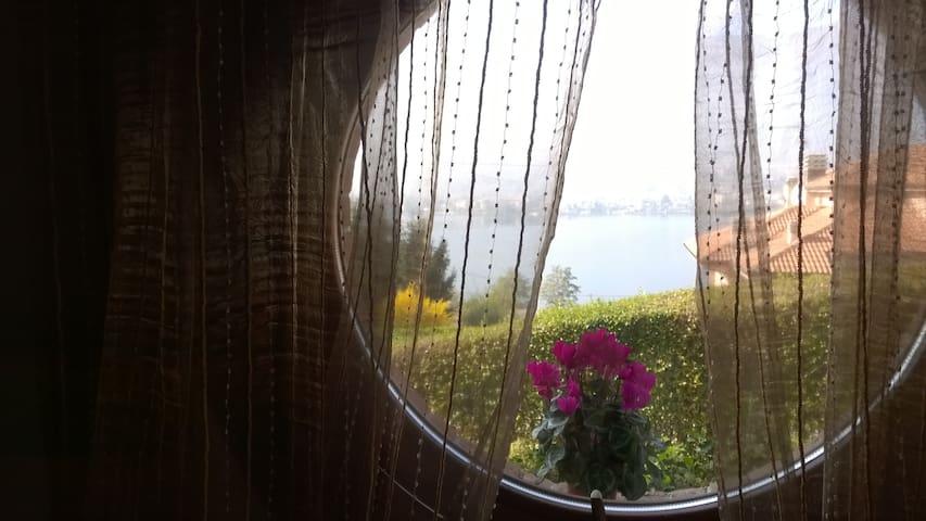 Appartamento indipendente con balcone e vista lago