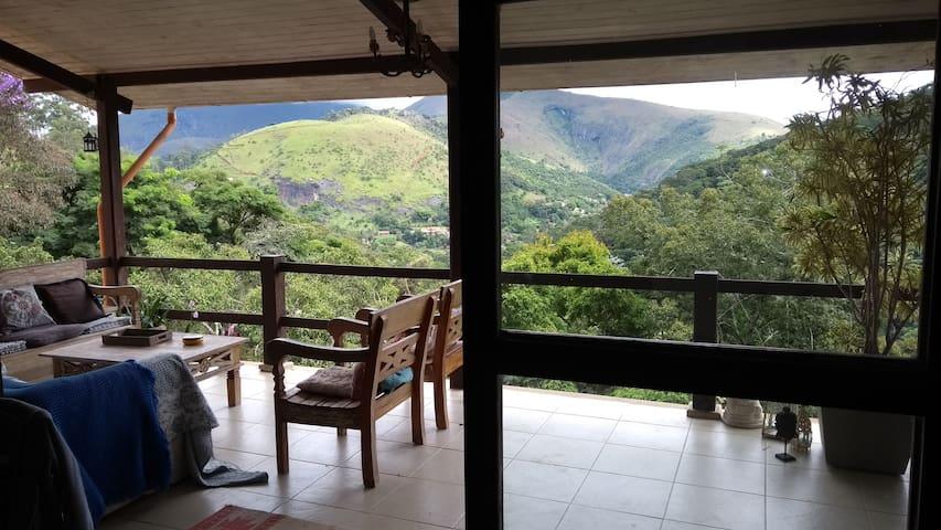 Suíte com varanda e closet em casa em Itaipava - Itaipava - Hytte