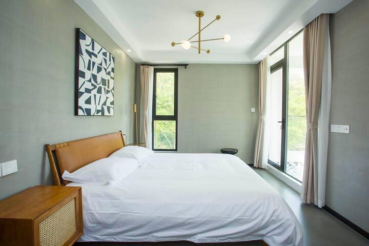 十八亩•轻奢大床房带独立阳台