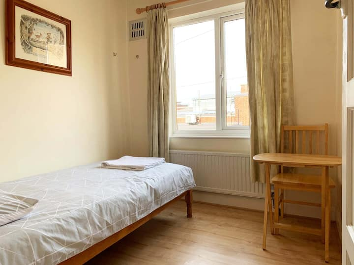 Maidstone Quiet Single  Room Close Town Centre B3