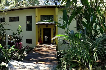 Riverfront Tropical Living - Ház