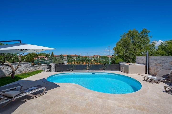 Villa Onelia holiday home with swimming pool