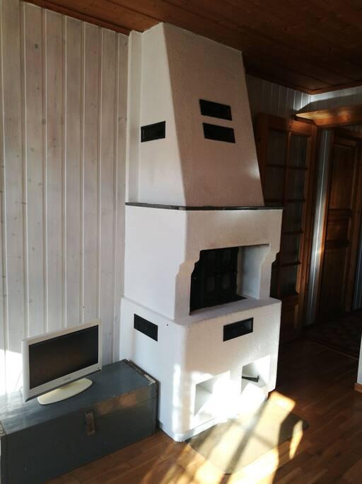 Peis og tv i stue.