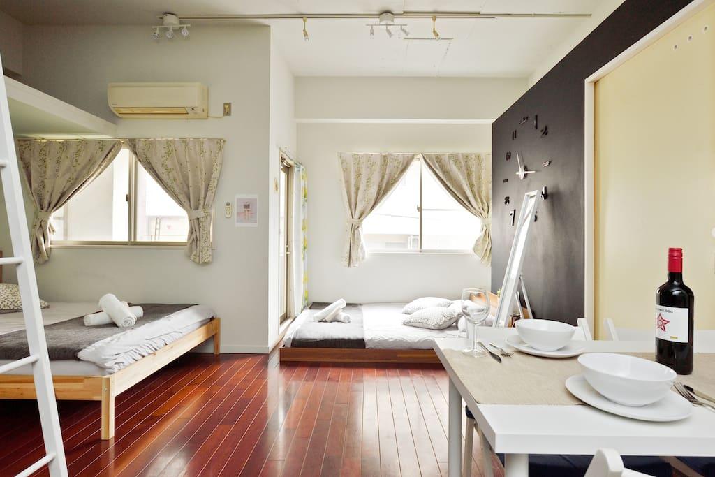 넓은 더블 침대 2대와 분위기 짱 식탁이 있는 방~~^^.