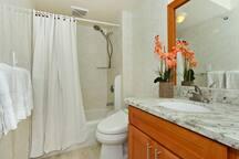 Hand shower. ハンドシャワー完備。