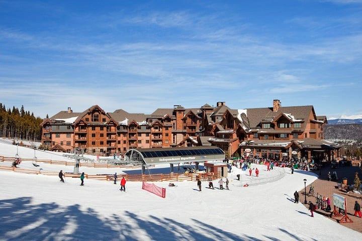 Grand Lodge on Peak 7 ski-in/out 1BR Suite sleeps4
