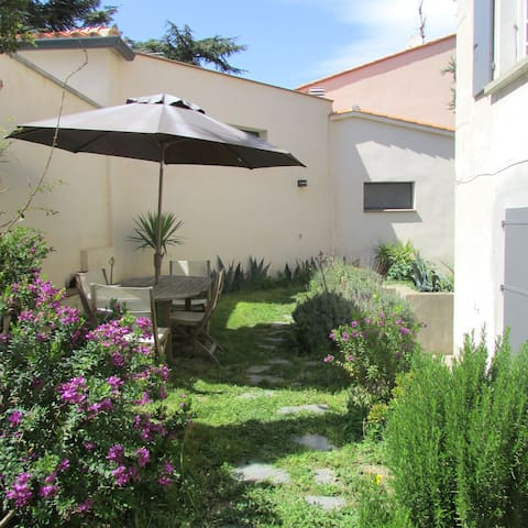 Appt de 45 m2 jardin piscine commune flats for rent in for Jardin 45 m2