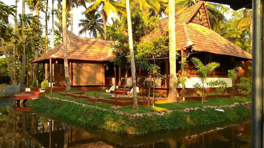 Canal View Premium Heritage Twin Bed Room - Kuttanad Taluk - Bed & Breakfast