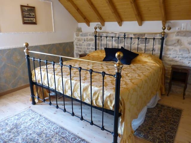 Chambre à coucher (lit 180cm) Master bedroom (King size bed - 180cm)