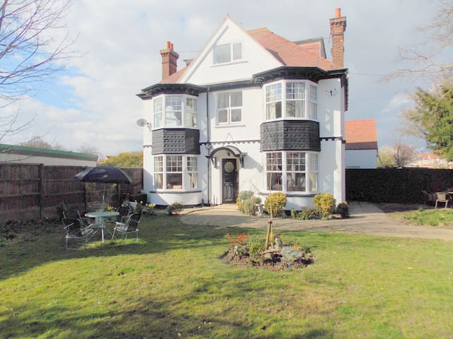 Period 5 bedroom house 5 mins walk to the sea - Frinton-on-Sea - Casa