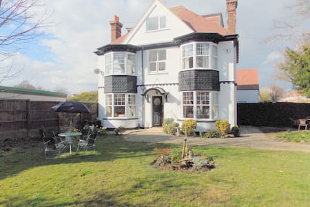 Period 5 bedroom house 5 mins walk to the sea - Frinton-on-Sea