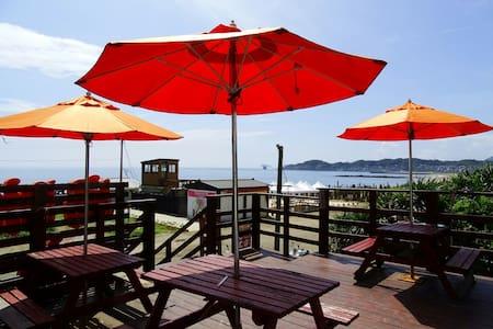 在海邊經營衝浪店。覺得這樣的海景不能只有我知道,歡迎來試試我的客廳 - 金山 - Hus