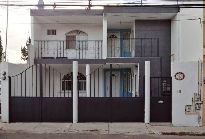 Fachada de la casa, el departamento se encuentra en el primer piso y cuenta con espacio de estacionamiento.