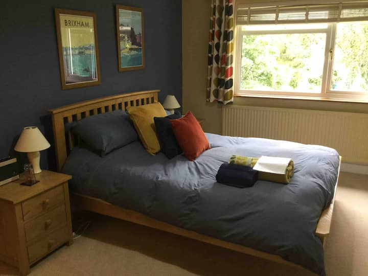 Cosy room, charming quiet Devon village with great pub. Close to Dartmoor for walking & cycling. Exeter 10 miles.