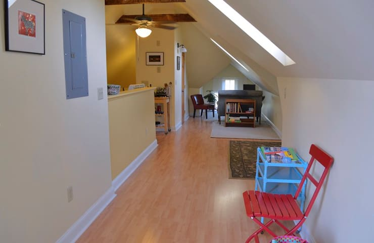 Willard Square - Open Concept Retreat - Deck - South Portland - Leilighet