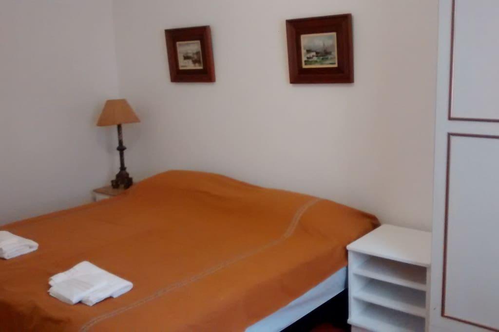 Quarto com duas camas juntas no formato casal