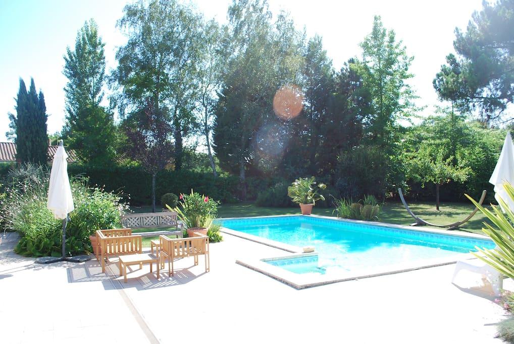 Piscine et terrasse devant la maison