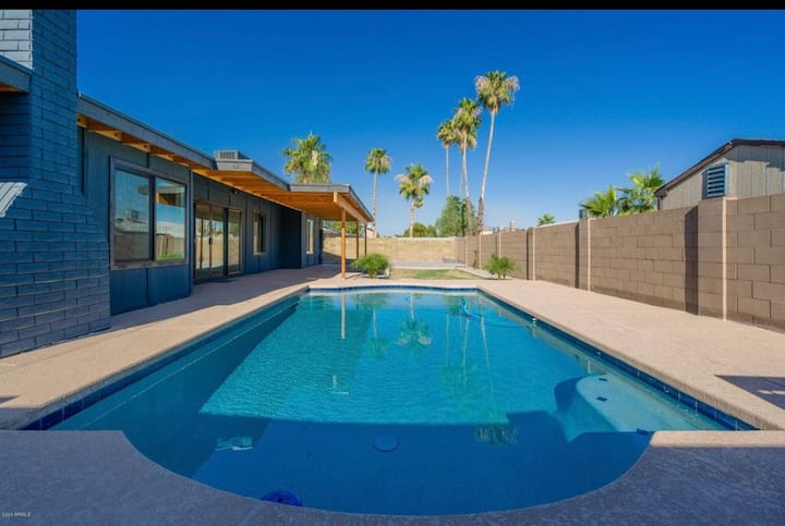 Beautiful 4 bedroom Vacation home with pool