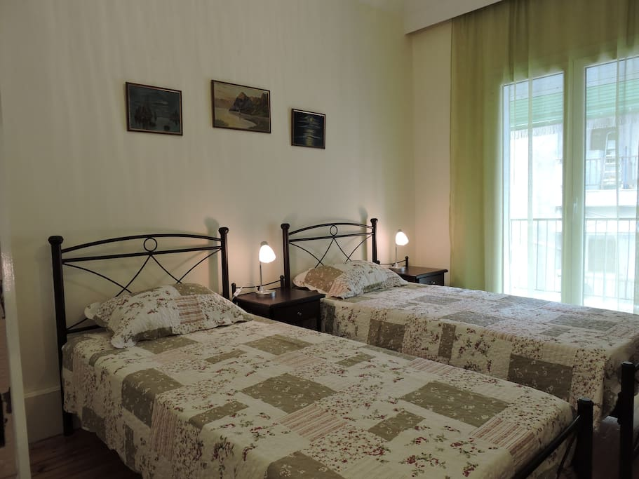 The second bedroom with the two single beds.  Το δεύτερο υπνοδωμάτιο με τα δύο μονά κρεβάτια.