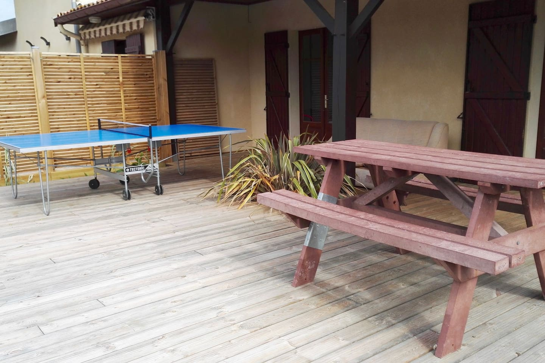 La table de ping pong, le canapé, la douche forestière, la grande terrasse en bois...