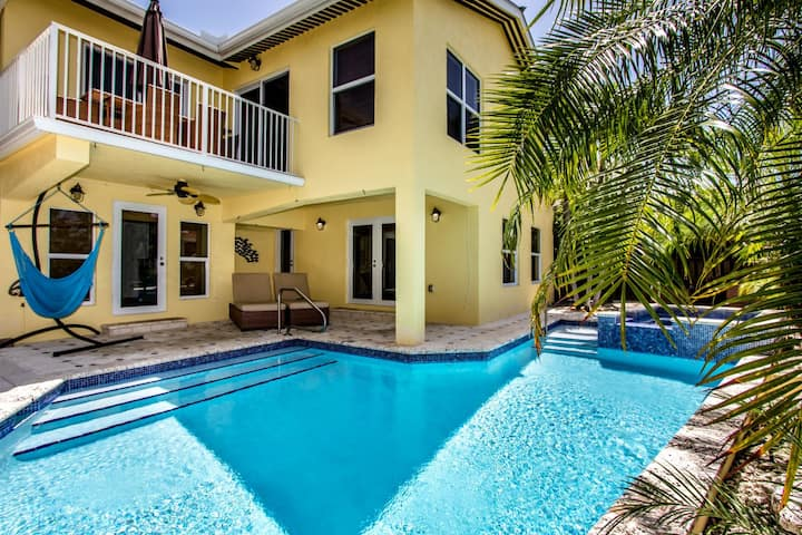 Sweet Retreat! 4 bedroom 2.5 Baths near Sombrero Beach w Pool & Jacuzzi, Free Boat Slip