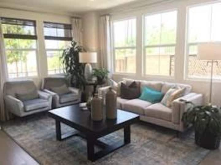 3B3.5BA/fully loaded lovely townhouse/private yard