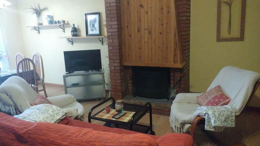 amplio,  salón comedor con chimenea