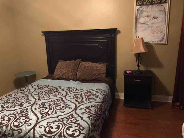 Private room & bath - 30 minutes to downtown Chas.