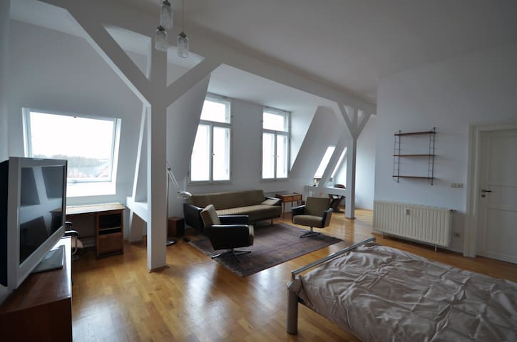 Spacious Attic Apartment - Leipzig - Leilighet